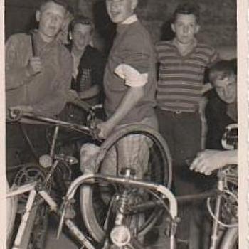 1960- Hayange- r+®paration de v+®lo sur la route de Munich