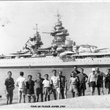 Etape à  TOULON, avec le Croiseur CLEMENCEAU en arrière plan