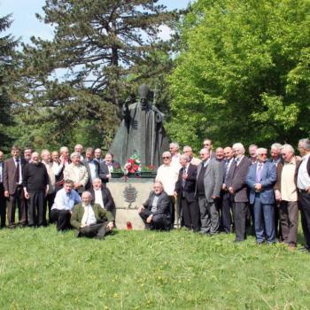 1° mai 2011, les Anciens devant la statue de S.S. Jean Paul II