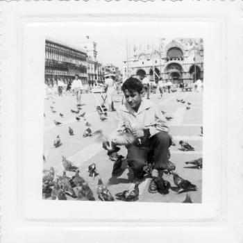 J. Lesniak parmi les pigeons de la pace Saint Marc