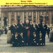 Qui est debout derrière Henri Teodorczyk ? Cliquer pour agrandir la photo.