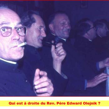 Qui est à la droite du Rev Père Olejnik Cliquer pour agrandir la photo.