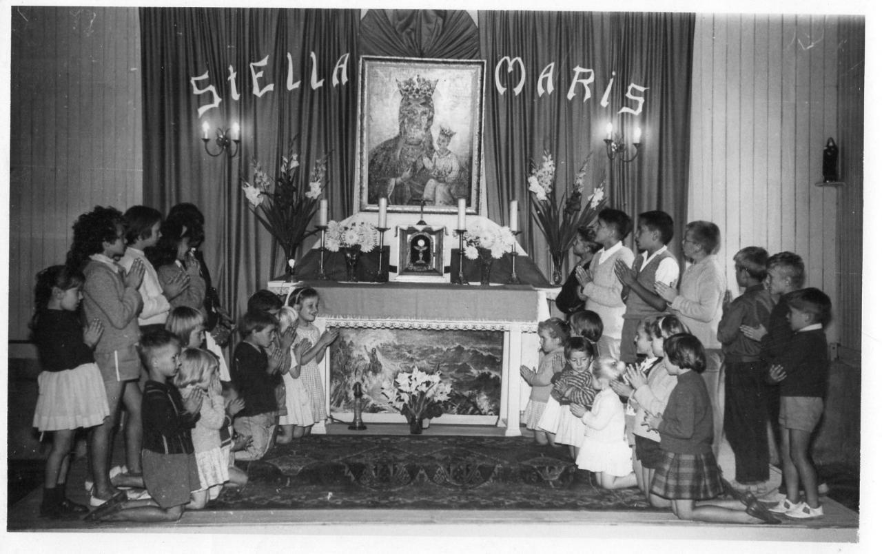 La chapelle et les enfants du Calvados.début des années 60. Photo Joseph Staniaszek